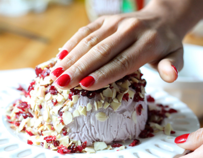 Red Wine Cream Cheese Ball   |   heyshuga.com #theSHUGAway